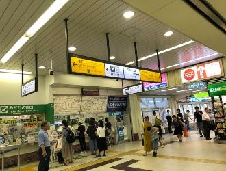JR東神奈川駅改札を出て、西口方面へ進みます。