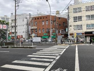 目の前の横断歩道を向こう側へ渡り、左折します。